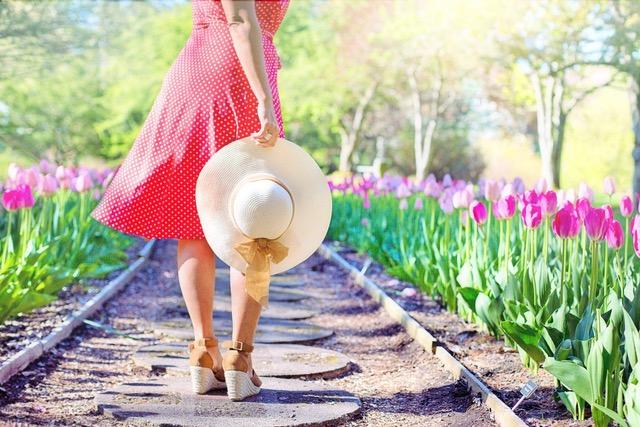 Zena v zahrade s kloboukem