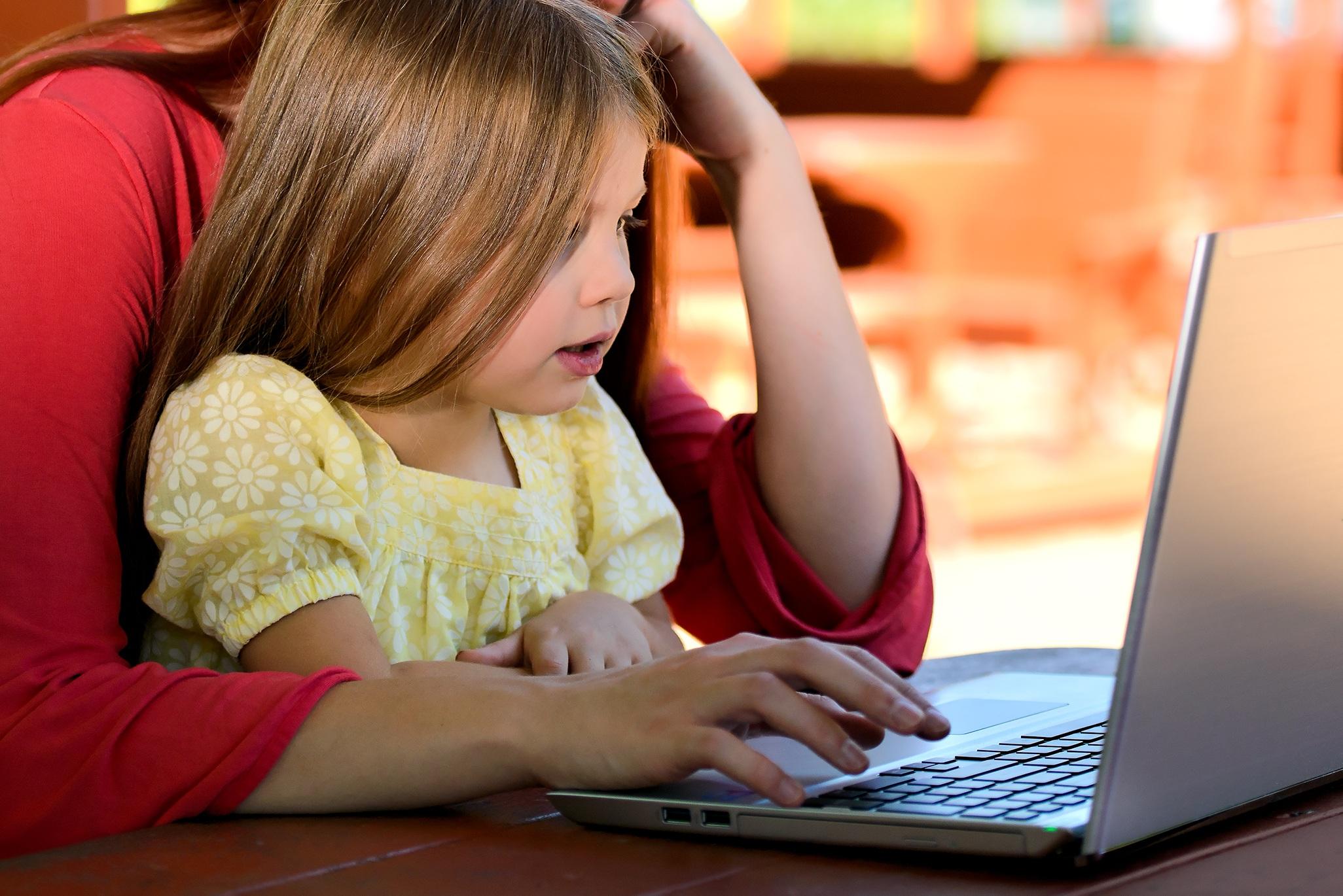 Maminka u počítače