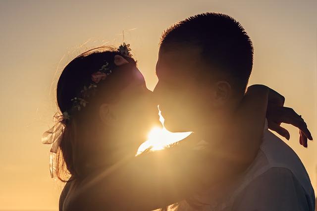 Co to znamená, když se ve snu líbáte s někým cizím?