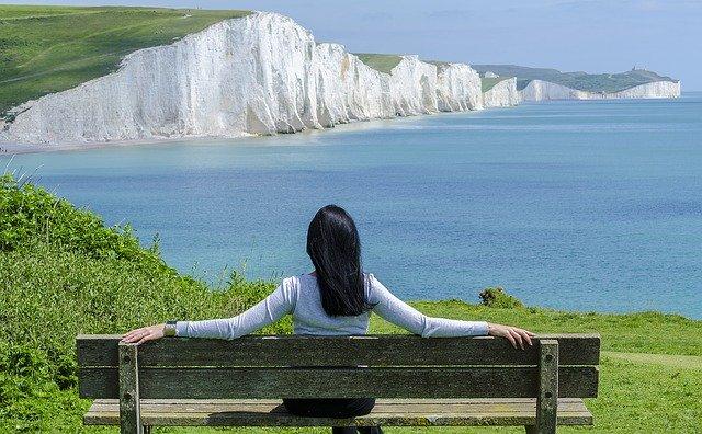 Žena na lavičce